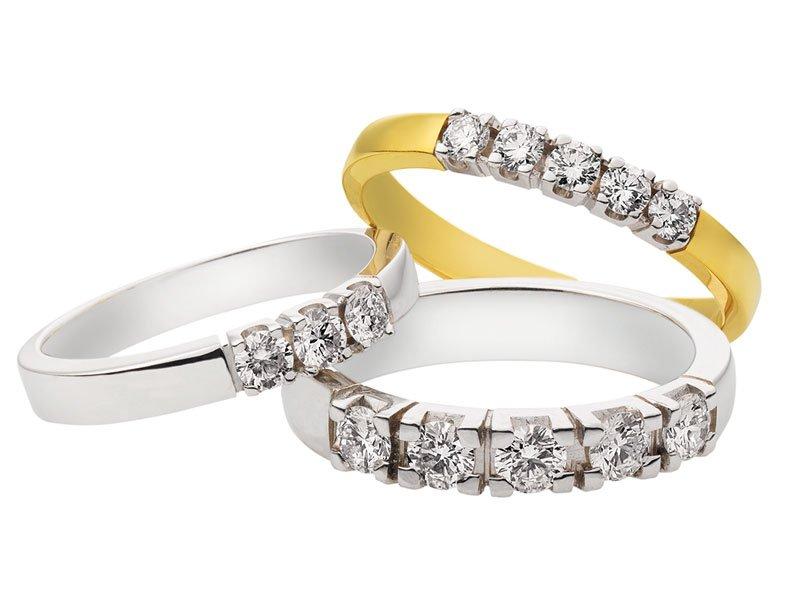 Memoire ring, aanzoeksring, ring met briljantjes op een rij