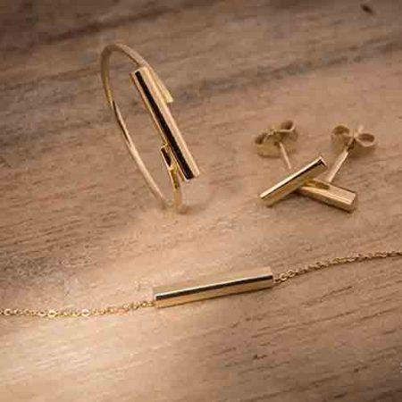 Strak setje sieraden. Gouden oorbellen, ring en collier laten maken door goudsmid