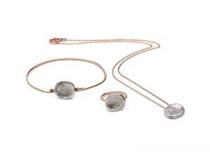 hanger, ring en armband met vingerafdruk