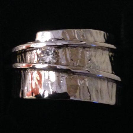 Brede gehamerde ring met smalle ringen eroverheen. Gemaakt van oud goud.