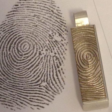 De genomen vingerafdruk en de vingerafdruk gelaserd op het urntje
