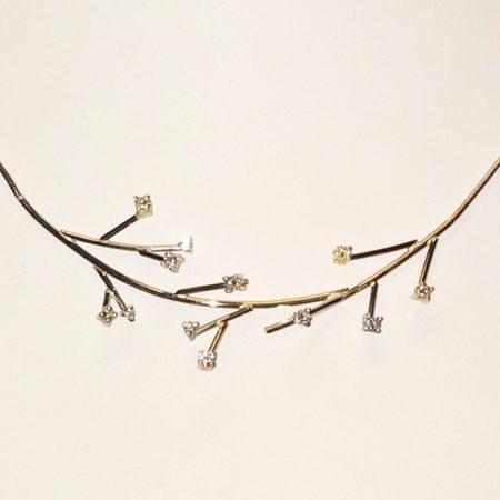 Eindresultaat witgouden collier met takjes en briljantjes