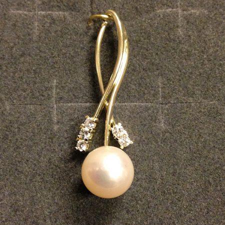 Gouden hanger met parel en briljant. Handgemaakt door goudsmid Sylvester Andriessen