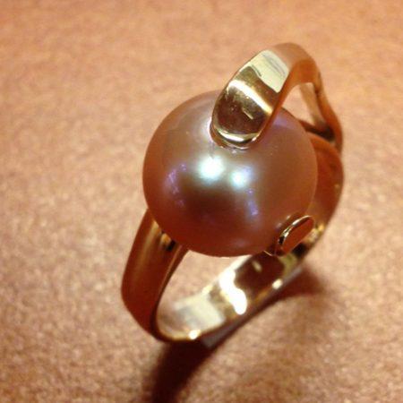 Gouden ring met grote parel. Gemaakt door goudsmid Sylvester Andriessen