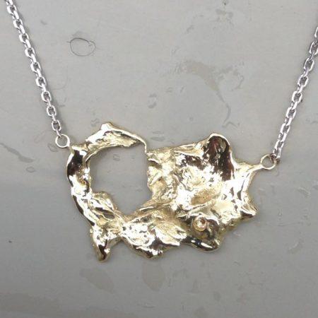 Grillige hanger gemaakt door goud in water te gieten. Door goudsmid Sylvester Andriessen in Heusden