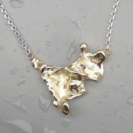 Gouden hanger door goud te gieten in water. Door goudsmid Sylvester Andriessen uit Heusden
