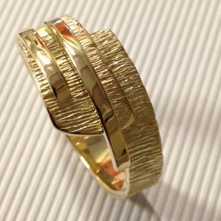 Grillige ring gemaakt van oude sieraden