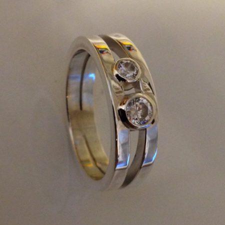 Zilveren strakke ring veranderd. De stenen staan symbool voor ouder en kind.