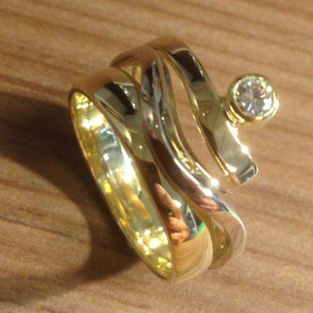 Gouden ring met strakke en kronkelige banen gemaakt door goudsmid Sylvester Andriessen in Heusden