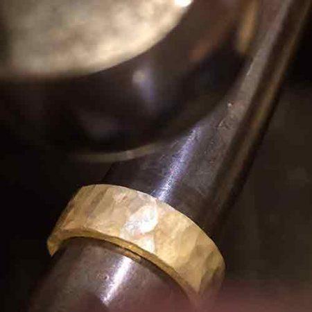Trouwring met hamerslag gemaakt door goudsmid Sylvester Andriessen