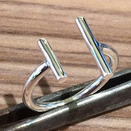 Open ring met twee staafjes gemaakt van zilver.