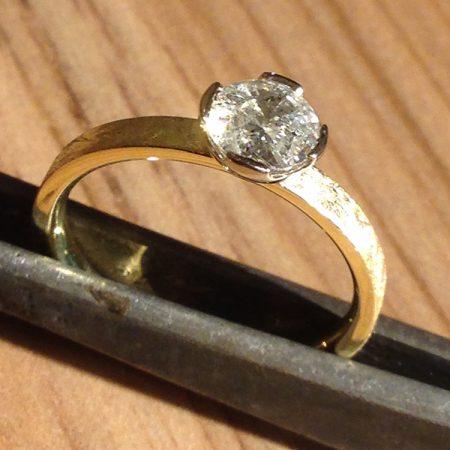 Ring met ijsmattering en crushed briljant. Handgemaakt door goudsmid Sylvester Andriessen