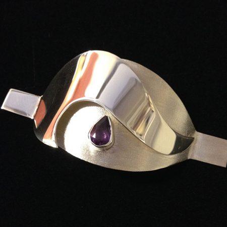 Zilveren sieraad als kapje over canule. Handgemaakt door goudsmid Sylvester Andriessen