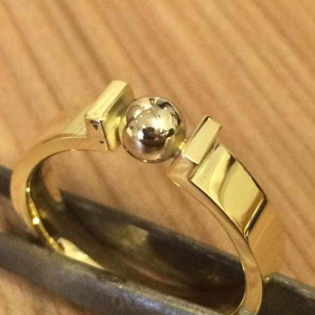 Strakke geelgouden ring met as verwerkt in het balletje