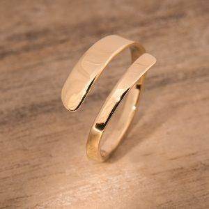 Strakke open ring gemaakt van oud goud.