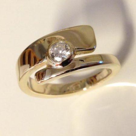 Strakke open ring met briljant. Handgemaakt door goudsmid Sylvester Andriessen uit Heusden