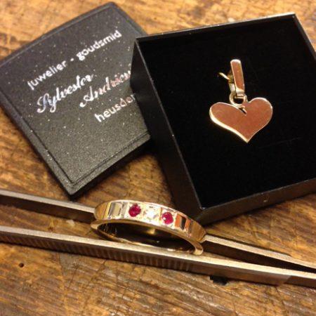 Van oude gouden sieraden twee nieuwe sieraden gemaakt. Ring met robijn en briljant