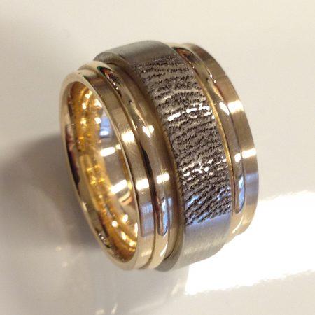 van twee trouwringen een nieuwe moderne ring met vingerafdruk gemaakt