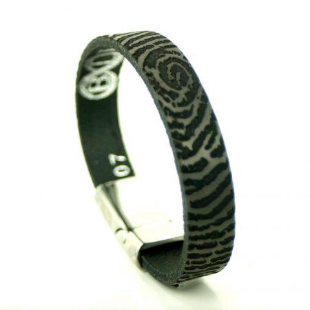 Vingerafdruk op een leren armband