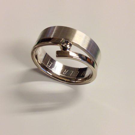 Nieuwe witgouden ring, gemaakt van een trouwring.
