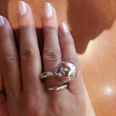 Zilveren ring met grote bal. Handgemaakt door goudsmid Sylvester Andriessen uit Heusden