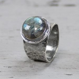 Zilveren ring met hamerslag en labradoriet 19494