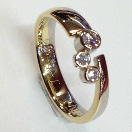 Trouwring veranderd in een nieuwe ring met drie briljantjes. De gravering is behouden.