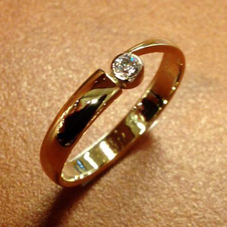 Van een oude trouwring een nieuwe ring gemaakt.