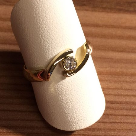 Van twee smalle trouwringen een nieuwe ring gemaakt.