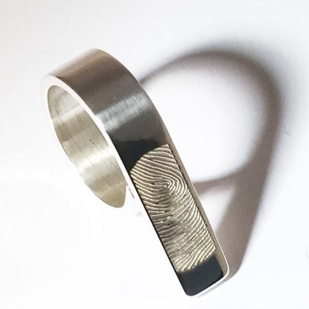 Moderne ring met vingerafdruk De ring valt over meerdere vingers