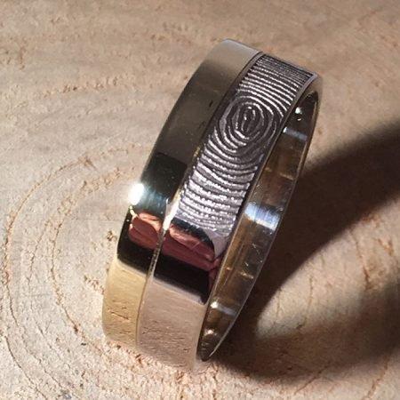 Ring van goud met vingerafdruk