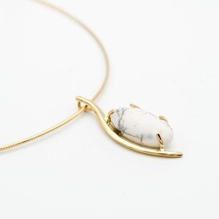 Gouden hanger met witte steen
