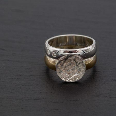 zilveren en gouden ring met vingerafdruk