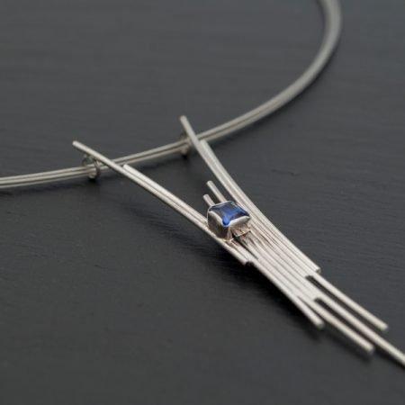 Zilveren hanger met blauwe steen