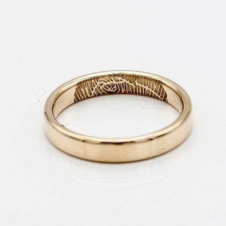 gladde gouden ring met vingerafdruk aan de binnenkant
