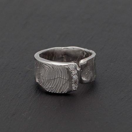 ring met vingerafdruk gesmolten