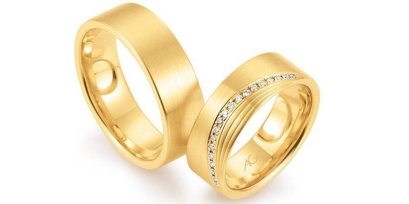 Brede-stoere-gouden-trouwringen