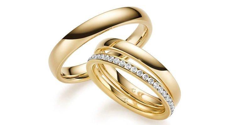 Geelgouden-trouwringen-met-losse-ring-briljant