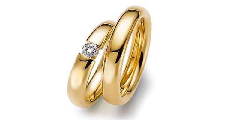 Geelgouden-trouwringen-met-zwevende-briljant