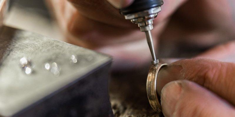 Goudsmid-Sylvester-Andriessen-zet-diamant
