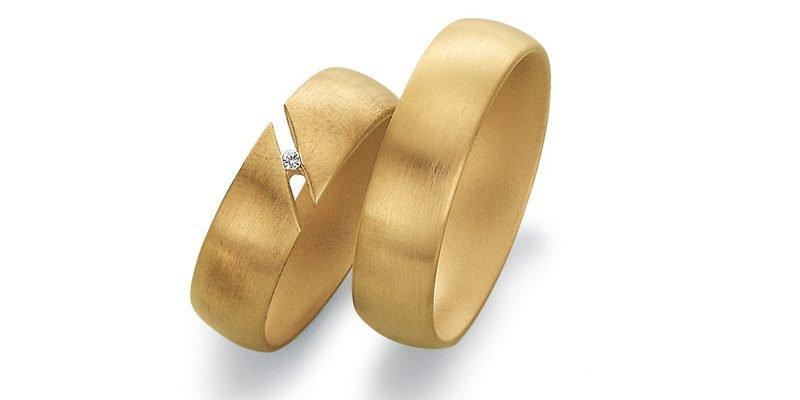 Matte-gouden-trouwringen-zwevende-diamant