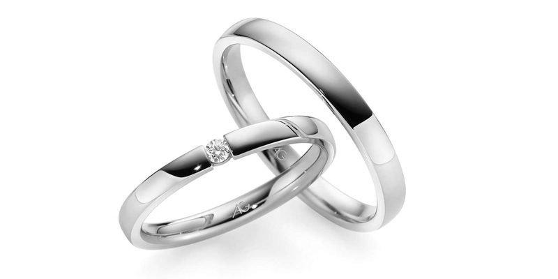 Witgouden-trouwringen-met-briljant-geklemd