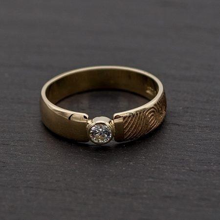 Gouden-trouwring-vermaakt-met-vingerafdruk-en-steentje