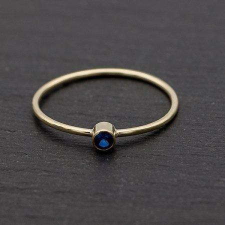 Smalle-gouden-ring-met-blauwe-steen