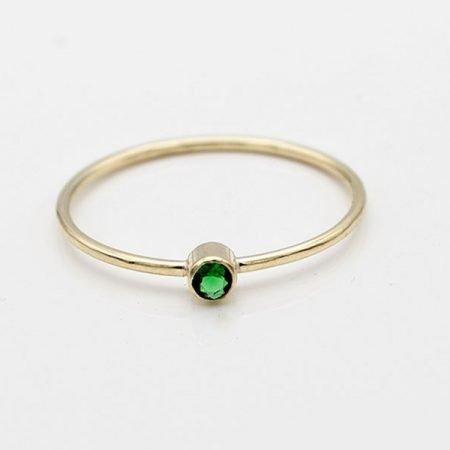 Smalle-gouden-ring-met-smaragd