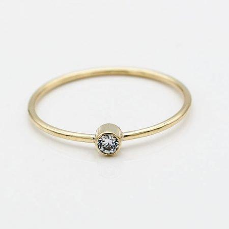 Smalle-gouden-ring-met-witte-steen-handgemaakt