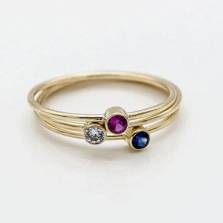 Smalle-gouden-ringen-met-gekleurde-steentjes