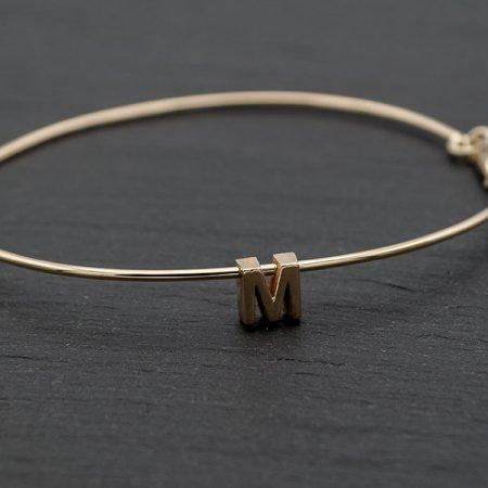 Gouden-armband-met-letter-handgemaakt