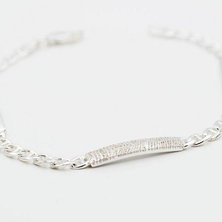Zilveren-armband-met-vingerafdruk-en-gravering