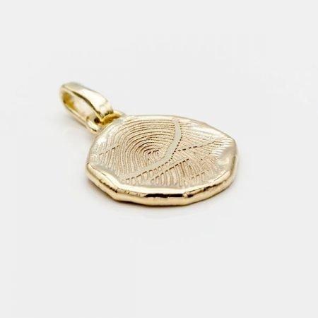 gouden-hanger-met-grillige-rand-en-vingerafdruk